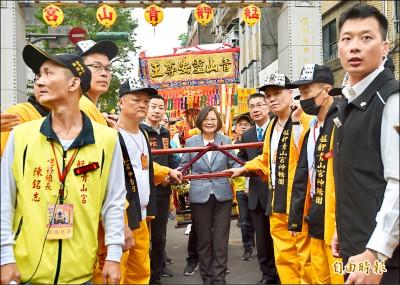 蔡神回擊︰高雄人「等一個市長」