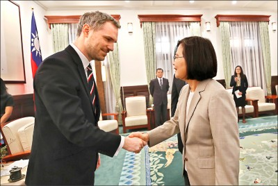 布拉格市長籲各國 與中國「上床」前須三思