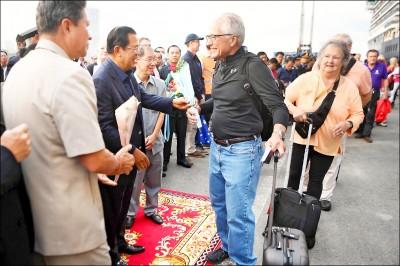 柬埔寨送暖 威士特丹號乘客上岸了