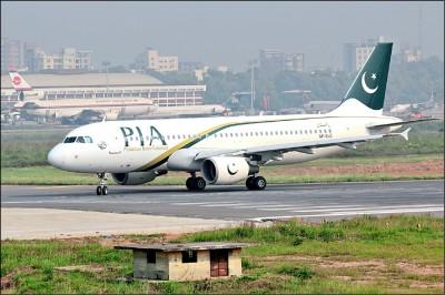 巴基斯坦墜機撞民宅 機上98人恐罹難
