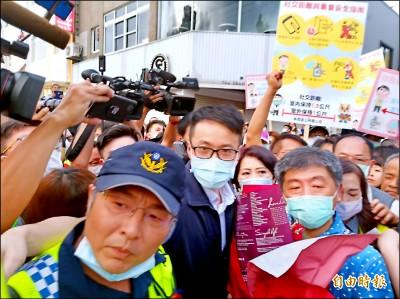 台南國華街商圈擠爆 防疫團隊快閃