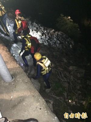 溪水暴漲3人受困 警消手拉手合力救援