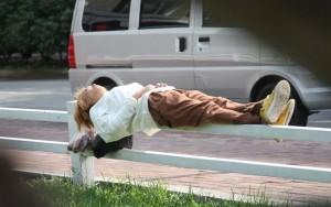 哈爾濱現代版小龍女 5公分欄杆上睡覺
