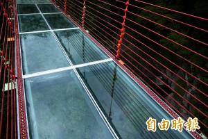 信義琉璃光之橋換透明玻璃 挑戰遊客膽量