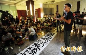 學生佔領港駐台辦事處 為香港守夜
