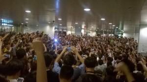 反佔中人士挑釁港民 反被上千人包圍
