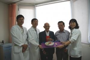 106歲人瑞闌尾炎急開刀 康復歡喜出院