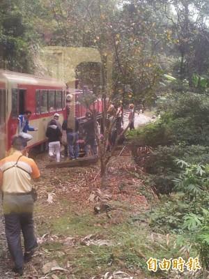 阿里山森林小火車機車頭出軌 百餘乘客虛驚