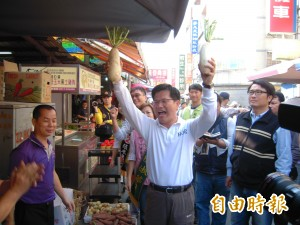 林佳龍赴西屯市場掃街、拜票 民眾夾道歡迎