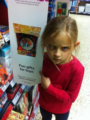 「適合送男生」的玩具 女童臭臉批愚蠢海報