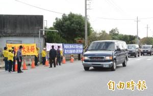 陳德銘花蓮參訪 法輪功成員如影隨形抗議