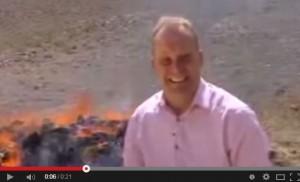 脫序頻笑場!記者採訪毒品焚燒現場吸High了