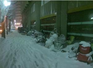 日本果粉搶福袋 凍成「雪人」也要排通宵