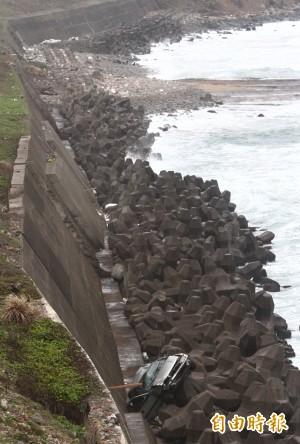 相差22歲情侶看海 倒車險墜入太平洋