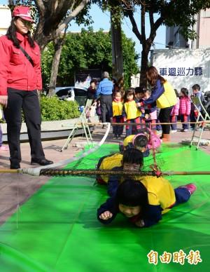 台南消防宣導 教娃兒蹲低逃生、自撲身上火