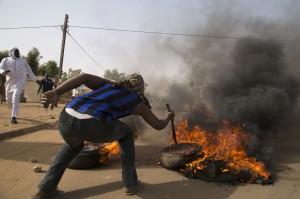 尼日反《查理》放火暴動 10死燒8間教堂