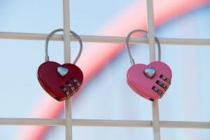 愛情鎖不浪漫 上有死魚鑰匙還亂丟!