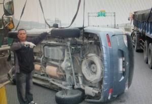 疑車速過快 休旅車翻覆擦撞轎車