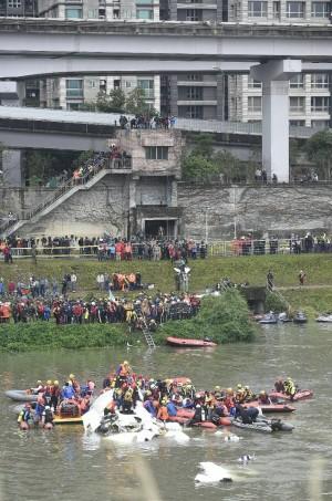 復興空難 23名罹難者遺體陸續送往二殯