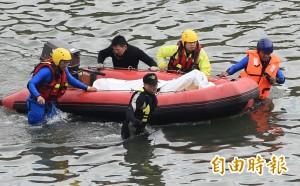 救災人員腳勾「物體」 拉起發現罹難者遺體