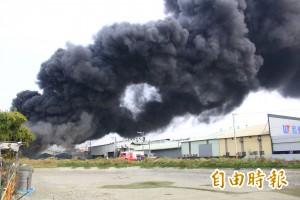 廢輪胎堆起火 濃煙蔽天