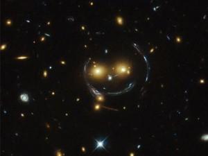 看!他在對你笑耶 望遠鏡拍下巨大宇宙笑臉