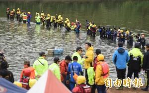 空難搜救 政院宣稱中央與地方「各司其職、合作無間」