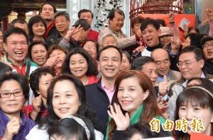 眾人簇擁高呼「朱總統」 朱立倫:過年說好話