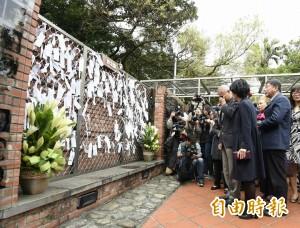 「讓傷痛走進歷史」 柯P陪父親在228悼念牆流淚