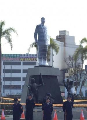 蔣公銅像被警「包膜」 網友:暗喻KMT作繭自縛?