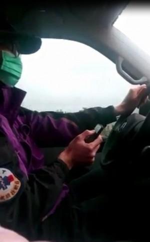 太危險了吧!消防隊員開救護車 邊開邊滑手機