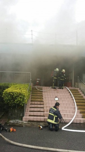 檢驗實驗室竄濃煙 警消急救援