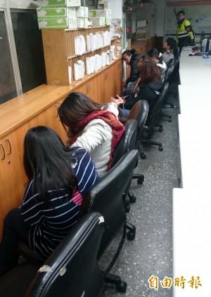 警湳雅夜市逮23逃逸外勞 疑為外籍賣春集團