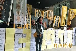 13萬份補正公投法連署書 「搬入」中選會