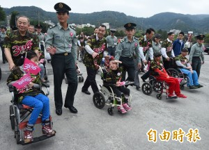 身心障礙兒童「當兵」 上將們樂當輪椅推手