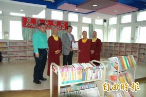 雷藏寺捐書給草屯鎮圖 鼓勵學童少滑手機