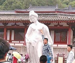貴妃胸部任人摸 網友:感覺中國女性危險