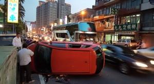 疑酒駕釀禍 男駕駛小客車擦撞機車後翻車
