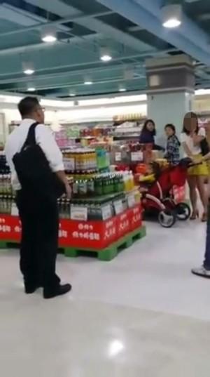 少婦推嬰兒車逛賣場 遇變態偷拍裙底風光