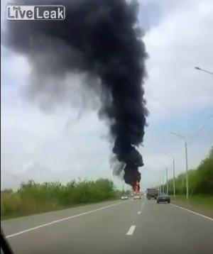俄羅車火燒車大爆炸 民宅居民被炸飛