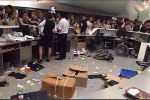 不滿豪雨導致班機延誤 強國旅客大鬧機場