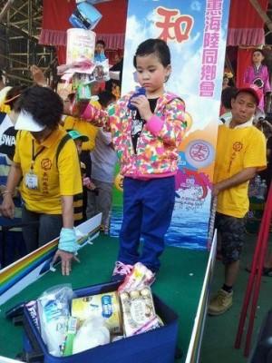 香港長洲飄色巡遊針砭時事 小童扮中國水貨客