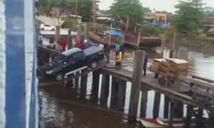 如何把車運過河? 他只用兩根超細木板 ...