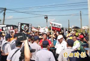 300鄉民包圍榮成紙廠 灑冥紙抗議