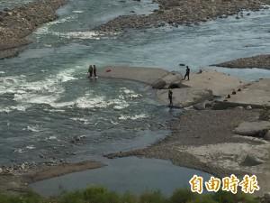 大甲溪1名男子落水 消防員、直升機搜索中