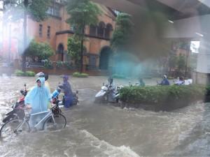 午後暴雨 北市基隆路遭譏成基隆河