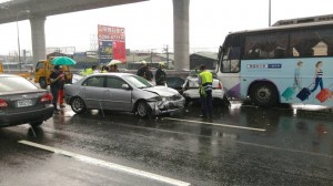 端午收假湧車潮 國道釀6車追撞事故