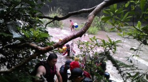 溪水暴漲!烏來紅河谷12大人8小孩全數脫困