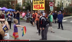 反同志者嗆聲  小女孩手拿彩虹旗堅定面對