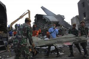 印尼軍機墜毀原因疑引擎故障 起飛後曾擦撞天線